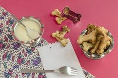 Bensockerkakor och kondenserat mjölkar bakgrund för meny Fotografering för Bildbyråer
