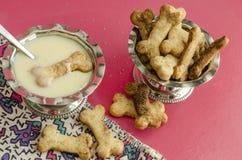 Bensockerkakor och kondenserat mjölkar för barns meny Royaltyfri Foto