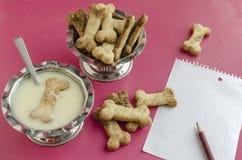 Bensockerkakor och kondenserat mjölkar för barns meny, bakgrund för meny Royaltyfri Fotografi