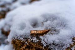 Bent Bullet After Being Shot sur le fond de sable de Milou - avec les marques ballistiques photos stock
