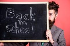 Bent u klaar studie De leraar of het schoolhoofd heten terug naar school welkom Het verbergen van de leraar achter bord prepare stock fotografie