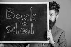 Bent u klaar studie De leraar of het schoolhoofd heten terug naar school welkom Het verbergen van de leraar achter bord prepare royalty-vrije stock afbeelding