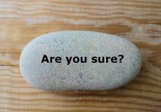 ` Bent u zeker? ` vraag over de steen Stock Foto