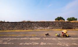 Bent Woman vor Steinwand lizenzfreie stockfotografie