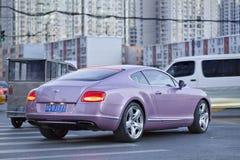 Bentley ηπειρωτική GT V8 στο πολυάσχολο κέντρο πόλεων, Πεκίνο, Κίνα Στοκ Εικόνες
