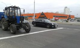 Bentley και τρακτέρ Στοκ φωτογραφία με δικαίωμα ελεύθερης χρήσης
