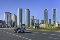 Bentley avec des gratte-ciel au fond à la place de Xinghai, Dalian, Chine Image stock