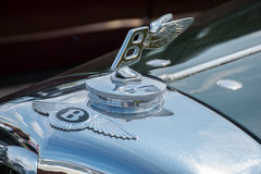 Bentley car logo. MANCHESTER UNITED KINGDOM - JULY 11 2015: Close up view of the Bently badge and hood ornament. July 2015 Royalty Free Stock Photos