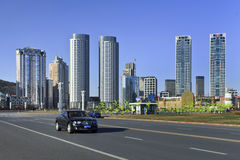 Bentley con los rascacielos en el fondo en el cuadrado de Xinghai, Dalian, China Imagen de archivo