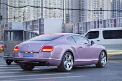 Bentley Continental GT V8 im beschäftigten Stadtzentrum, Peking, China Stockfoto