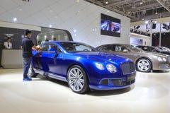 Bentley GT Abwischen des männlichen Personals beschleunigen Auto Stockfotografie