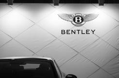 Bentley-het embleem van de luxeauto op de auto van Belgrado toont Royalty-vrije Stock Foto's