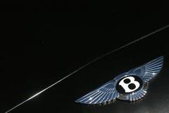Bentley Motors logo på dark - grön sportbil royaltyfri bild