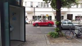 Bentley rosso che aspetta sulla via immagini stock libere da diritti