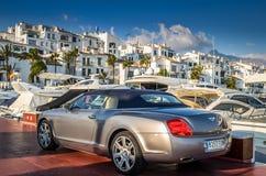 Bentley s'est garé dans Puerto Banus à côté de l'amarrage de yachts Image libre de droits
