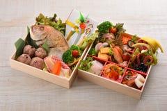 Bento干海鲜箱子礼物用攫夺者,虾,章鱼, m 免版税库存照片