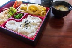 Bento fijó en la tabla en foco selectivo Estilo japonés del alimento Estilo japonés del alimento Fotografía de archivo libre de regalías