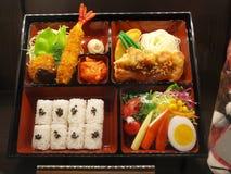 Bento Japanese matuppsättning i ask arkivfoto