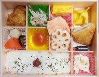 Bento pudełko Bento jest Japońskim tradycyjnym takeaway lunchu pudełka divi zdjęcie royalty free