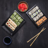 Bento饭盒日本式快的膳食大量好营养、各种各样的寿司卷黄瓜、三文鱼和螃蟹在woode 免版税库存图片
