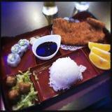 Bentodoos met sushi en gebraden vlees royalty-vrije stock afbeeldingen