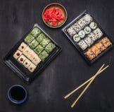 Bentolunchbox rolt de Japanse stijl snelle maaltijd die overvloed van goede voeding, Diverse sushi komkommer, zalm en krab op woo Royalty-vrije Stock Afbeeldingen
