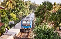 BENTOTA, ШРИ-ЛАНКА - 28-ОЕ АПРЕЛЯ: Новый класс S12 t железных дорог Шри-Ланки Стоковое фото RF