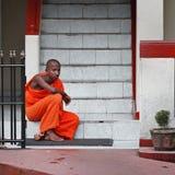 BENTOTA, SRI LANKA - 27 2013 APR: Młody mnich buddyjski siedzi na a Obrazy Royalty Free