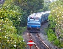 BENTOTA, SRI LANKA - 28 APRIL 2013: Nieuwe Sri Lanka-Spoorwegenklasse S Royalty-vrije Stock Foto
