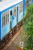BENTOTA, SRI LANKA - 28 APRILE 2013: equipaggi il soggiorno in una porta di una t blu Immagini Stock Libere da Diritti