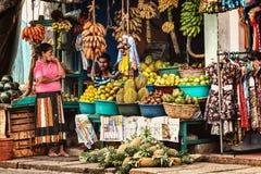 BENTOTA, SRI LANKA - 27 AVRIL : Les vendeurs dans la boutique de rue vendent f frais image libre de droits