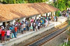 BENTOTA, SRI LANKA - 28 DE ABRIL DE 2013: Espera de la gente para un tren en rai Fotografía de archivo