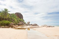 Bentota, Sri Lanka - ein kleiner Fluss vor enormem Granitfelsen Lizenzfreie Stockfotos