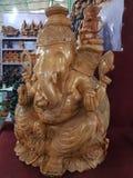 Bentota Sri Lanka, Maj, - 04, 2018: Drewniana statua Ganesh bóg słonia Hinduska głowa w pamiątkarskim sklepie fotografia stock