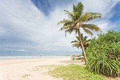 Bentota, Sri Lanka - una hermosa vista a través de la playa ancha de sea Foto de archivo libre de regalías