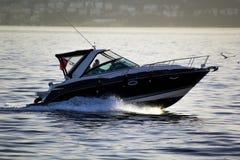 Benutzen Sie Boot bei Sonnenuntergang Stockbild