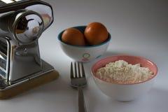 Benutzen Sie die Eier mit Mehl lizenzfreies stockfoto