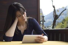 Benutzen Sie eine digitale Tablette auf der Terrasse Stockfotos