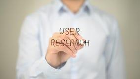 Benutzer-Forschung, Mann-Schreiben auf transparentem Schirm Lizenzfreie Stockfotos