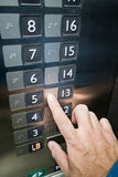 Benutzerfingerlesung Blindenschrift auf Aufzugsplatte Stockbild