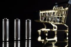 Benutzte AA-Batterien mit Warenkorb Stockfotografie