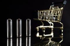Benutzte AA-Batterien mit Warenkorb Stockfotos
