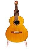 Benutzte Akustikgitarre lokalisiert auf Weiß Lizenzfreies Stockfoto