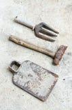 Benutzte alte Werkzeuge auf sement Hintergrund Stockbilder