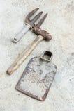 Benutzte alte Werkzeuge auf Zementhintergrund Lizenzfreie Stockbilder