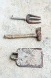 Benutzte alte Werkzeuge auf Zementhintergrund Lizenzfreie Stockfotografie