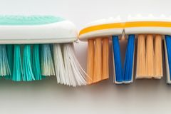 Benutzte alte Zahnbürste und neues Zahnbürstenmakro auf weißem backgrou Stockfoto
