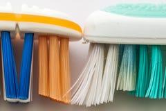 Benutzte alte Zahnbürste und neues Zahnbürstenmakro auf weißem backgrou Lizenzfreies Stockfoto