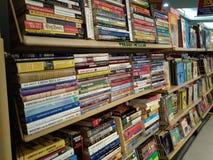 Benutzte Bücher auf Anzeige lizenzfreie stockbilder