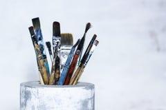 Benutzte Bürsten für das Malen im konkreten Vase Stockfotografie